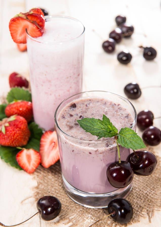 Milkshake клубники и вишни стоковая фотография