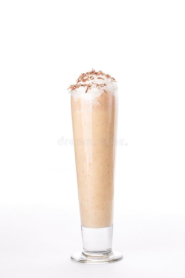 Milkshake с взбитой сливк в высокорослом стекле изолированном на белой предпосылке стоковая фотография