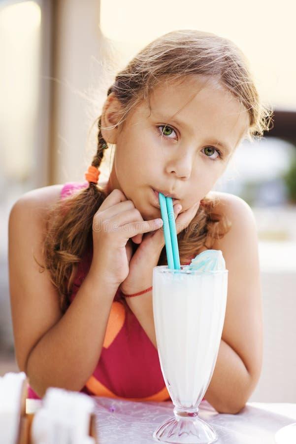 Milkshake bebendo da menina foto de stock royalty free