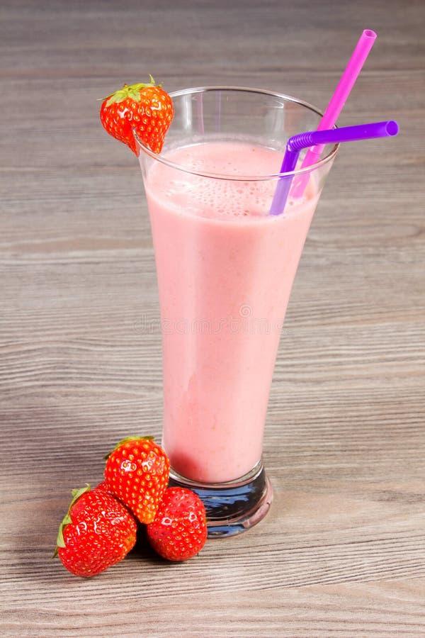 Download Milkshake da morango imagem de stock. Imagem de rosa - 26510247