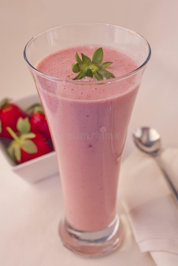 Download Milkshake Delicioso Da Morango Foto de Stock - Imagem de baga, vermelho: 29835244