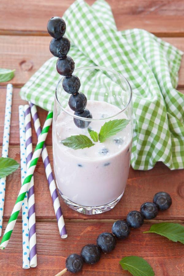 Milkshake met bosbessen royalty-vrije stock foto