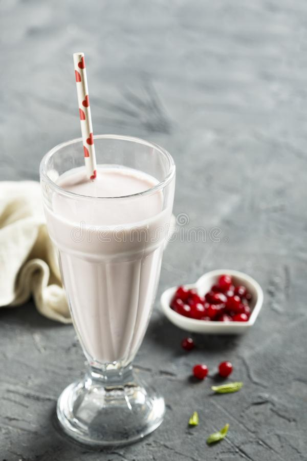 Milkshake met rode bessen stock afbeelding