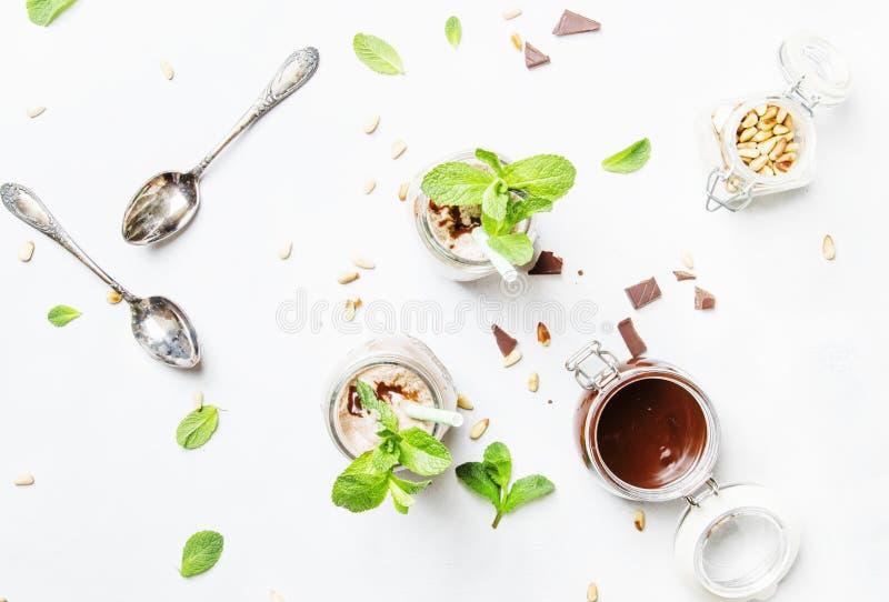 Milkshake ou cocktail de chocolat avec des écrous de menthe et de cèdre de vert, images stock
