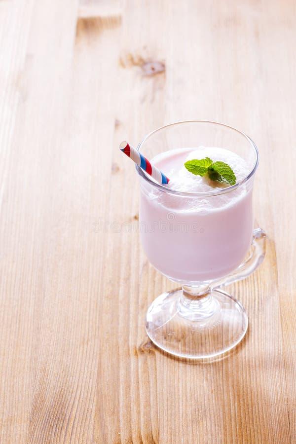 Milkshake på tabellen arkivfoto