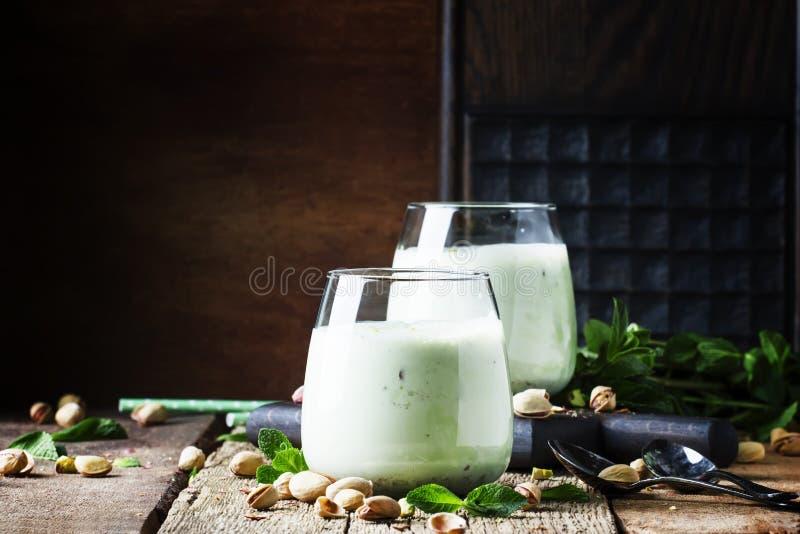 Milkshake, smoothies avec la crème glacée de pistache et menthe, vintage photos stock