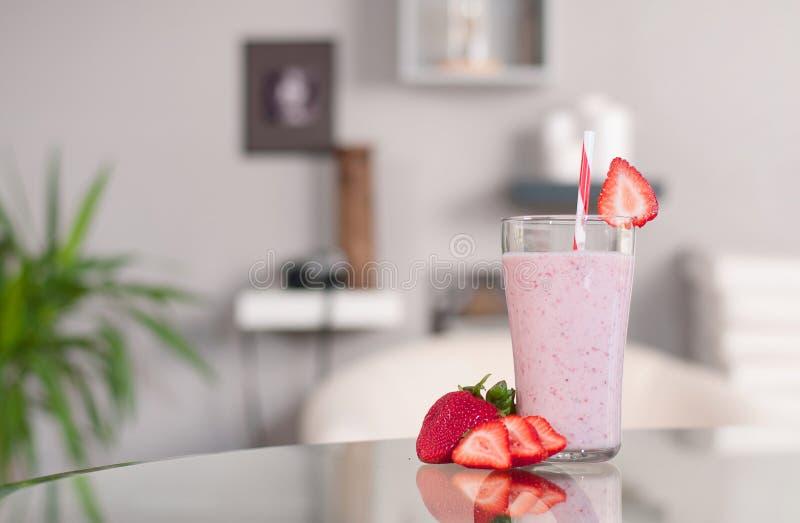milkshakes Γυαλί των φρέσκων καταφερτζήδων φραουλών στοκ εικόνες με δικαίωμα ελεύθερης χρήσης