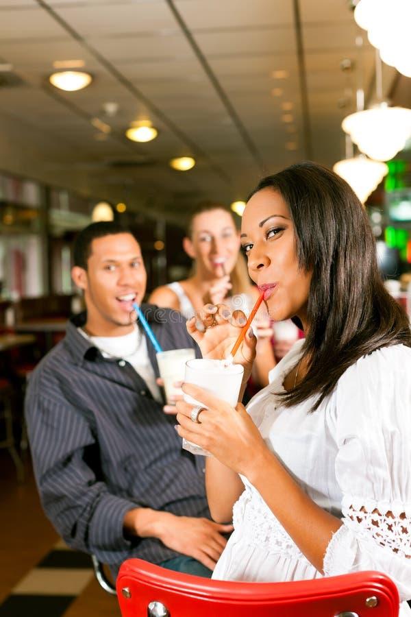 milkshakes друзей штанги выпивая стоковое фото