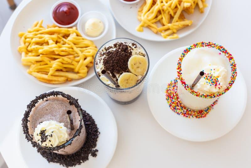 Milkshakes и картофель фри сыра французский стоковая фотография