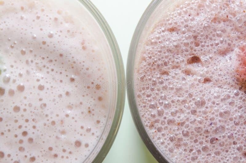2 milkshakes с бананом и клубникой стоковые изображения rf