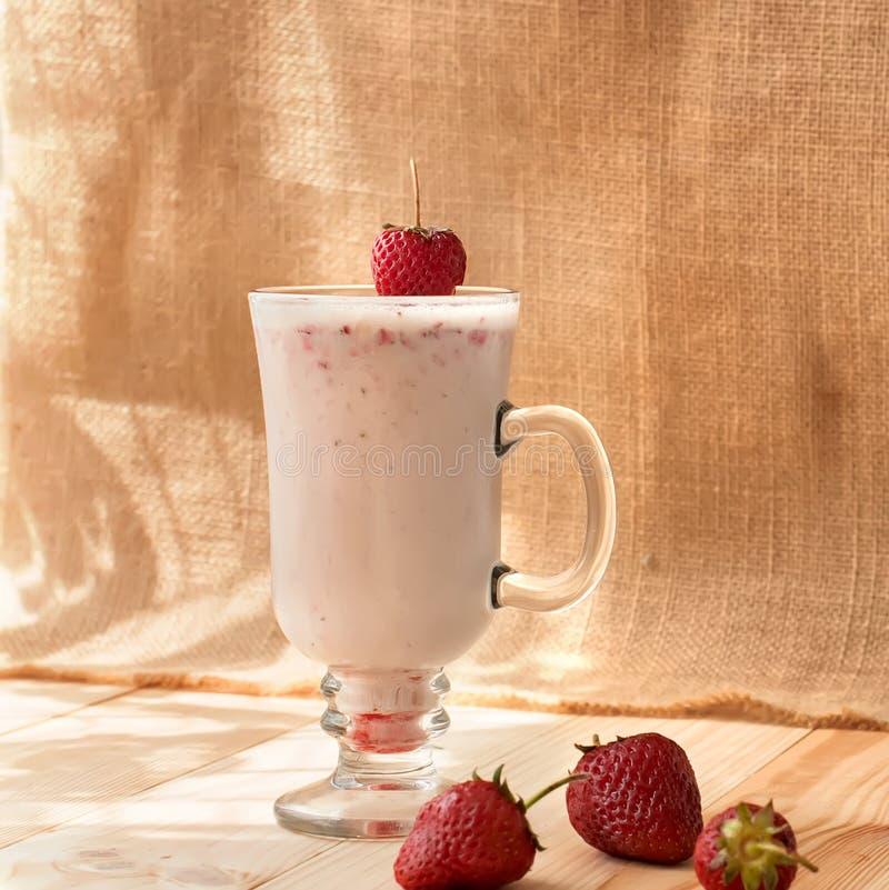 Milkshakes с клубниками стоковая фотография rf