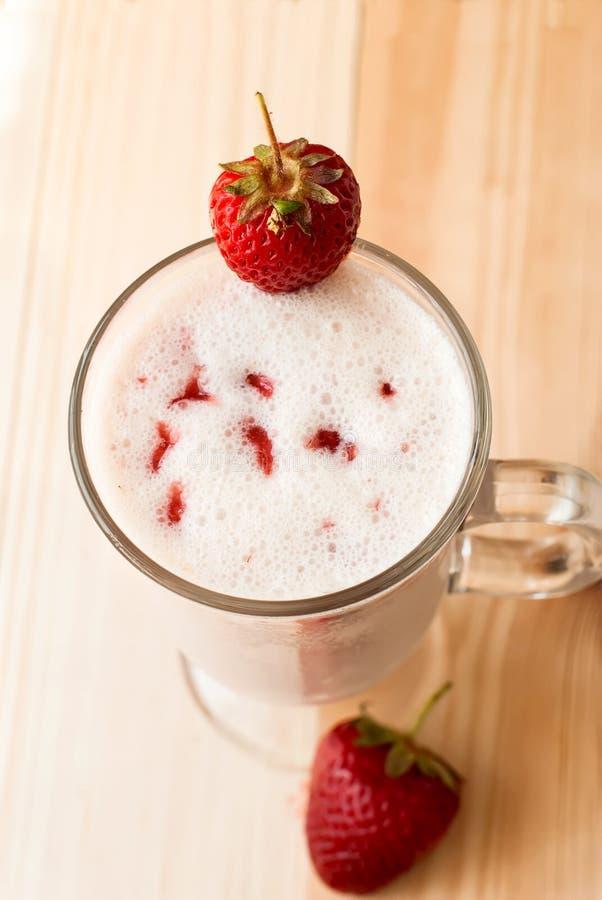 Milkshakes с клубниками стоковое изображение rf