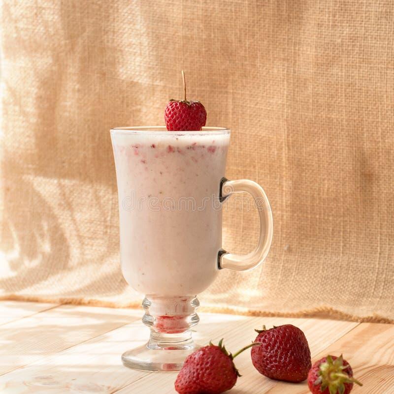 Milkshakes с клубниками стоковые фотографии rf