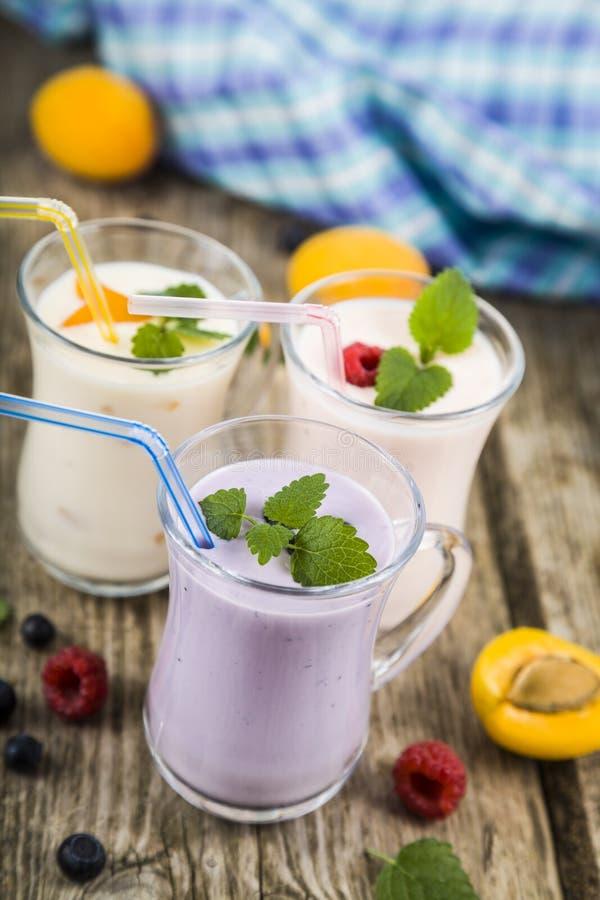 Milkshakes с полениками, голубиками, абрикосами и пастбищем мяты стоковое фото rf