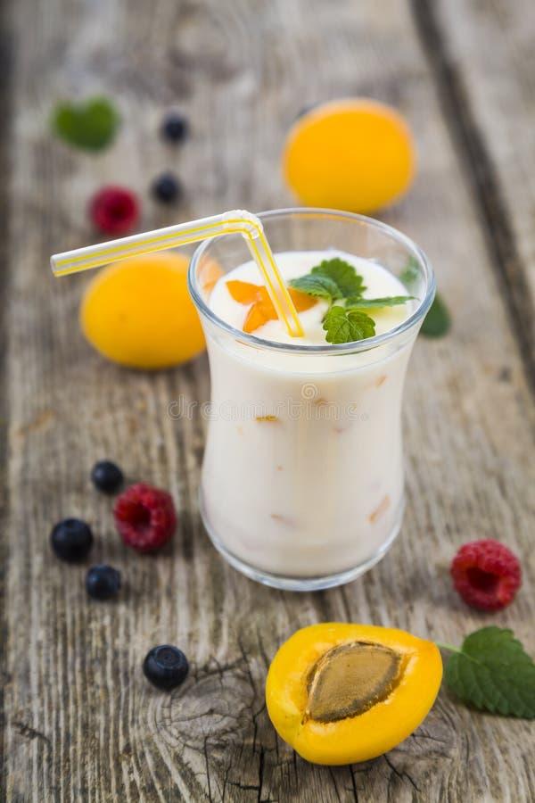 Milkshakes с полениками, голубиками, абрикосами и пастбищем мяты стоковые изображения rf