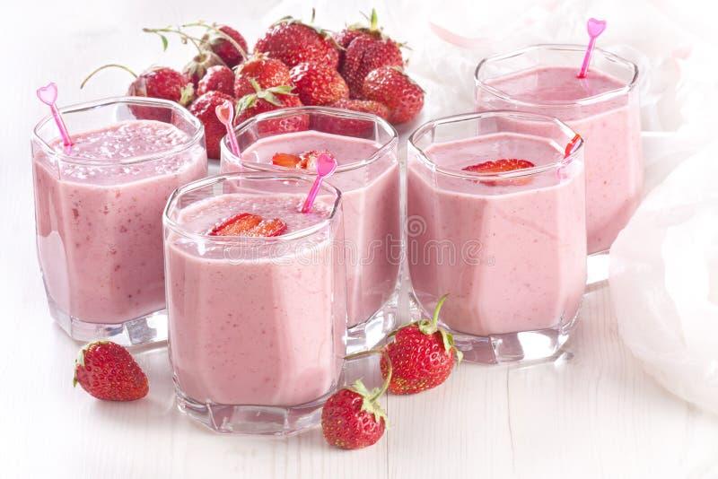 Milkshakes da morango foto de stock royalty free