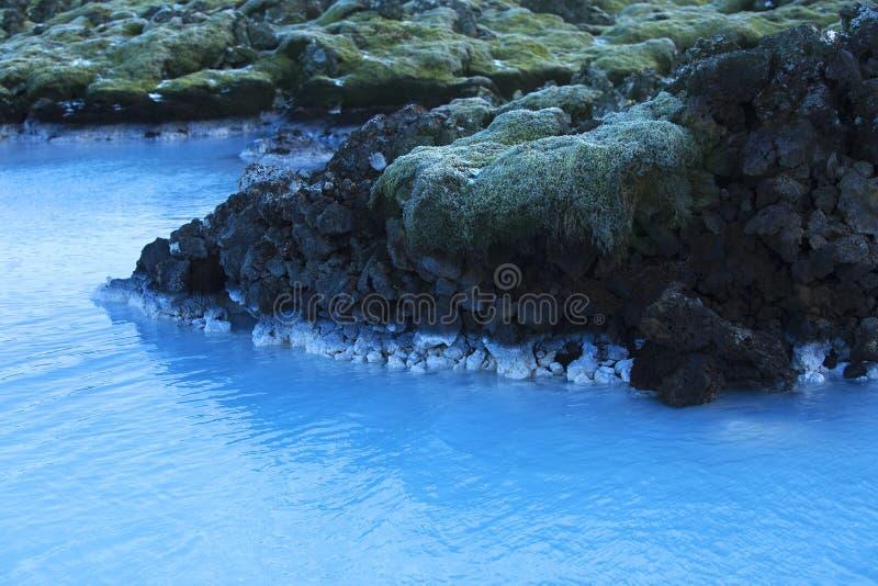 Milky белизна и открытое море геотермической лагуны сини ванны стоковые фото