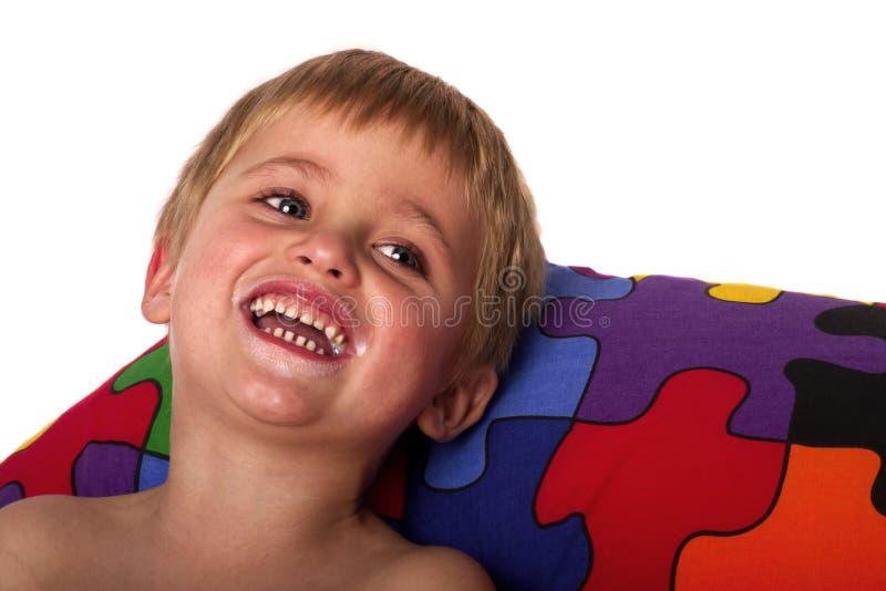milky leende för härlig pojke arkivfoton