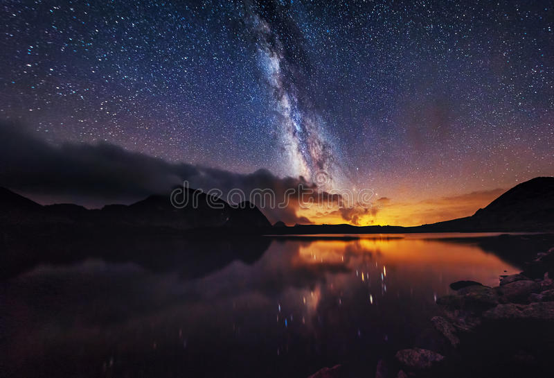 Milky sposób dalej nad halnym jeziorem obraz royalty free
