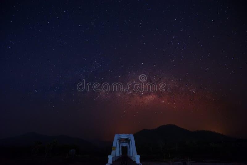 Milky sposób nad bielu mostem przy lamphun fotografia royalty free