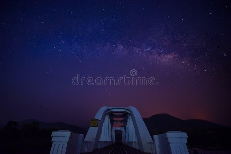 Milky sposób nad bielu mostem przy lamphun fotografia stock