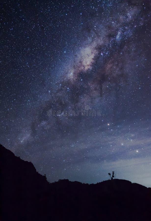 Milky sposób nad góra zdjęcia royalty free