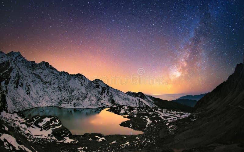 Milky sposób nad górami obrazy royalty free