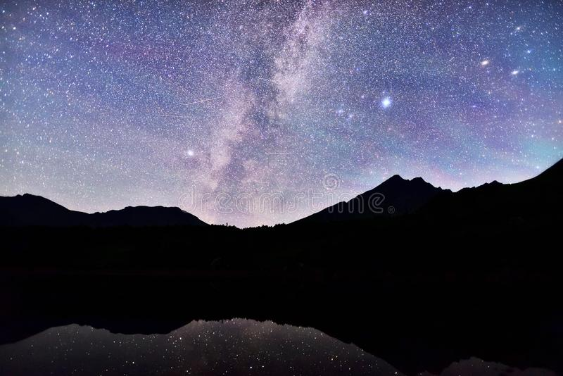 Milky sposób nad halnym jeziorem w Styria obraz royalty free