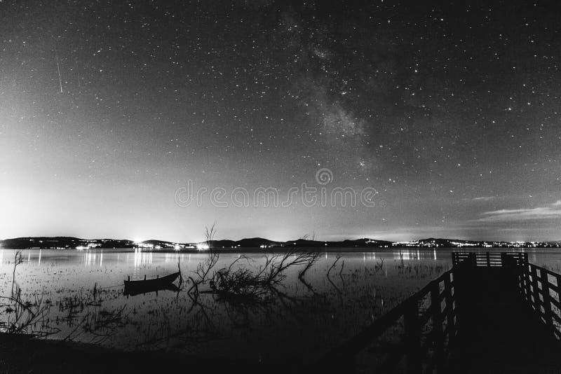 Milky sposób nad jeziorem zdjęcia royalty free