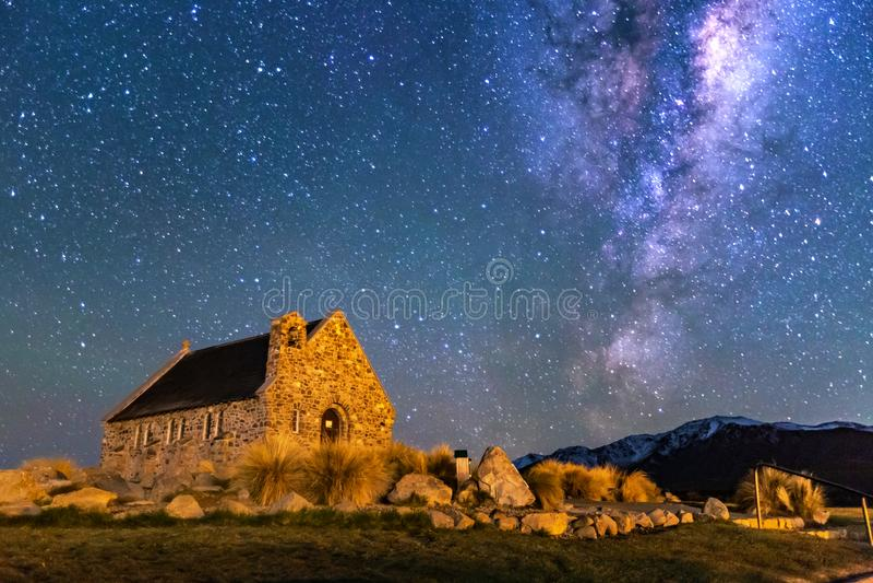 Milky sposób nad kościół Dobra baca, Jeziorny Tekapo, Nowa Zelandia zdjęcie stock