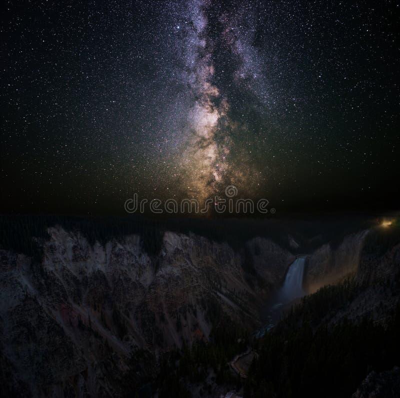 Milky sposób nad Niskimi spadkami Yellowstone rzeka obraz royalty free