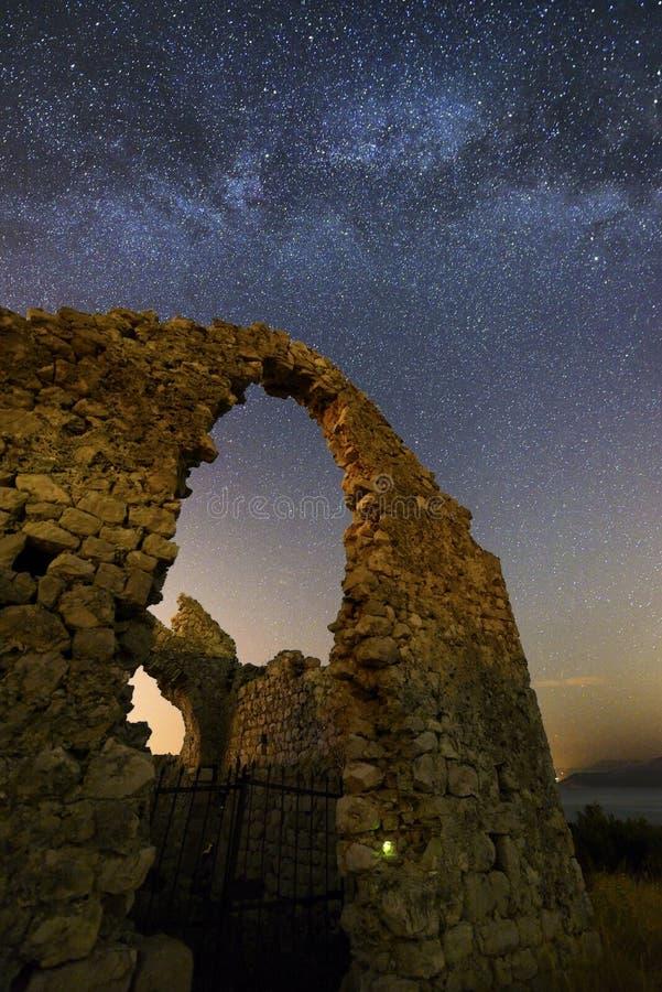 Milky sposób nad ruinami kaplica obrazy royalty free