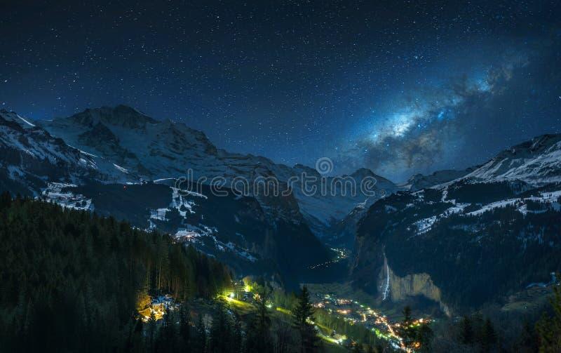 Milky sposób nad Szwajcarskimi Alps obraz stock