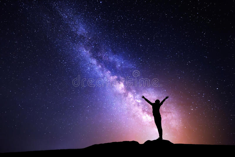 Milky sposób Nocne niebo i sylwetka trwanie dziewczyna obraz royalty free
