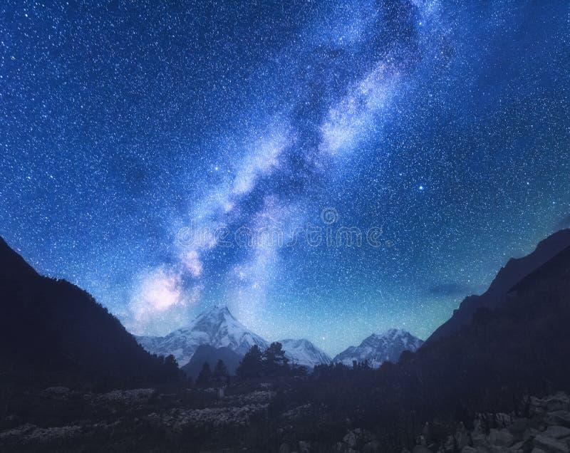 Milky sposób Zadziwiająca scena z Himalajskimi górami fotografia royalty free