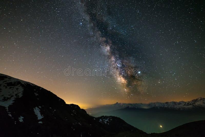 Milky sposobu galaxy gra g??wna rol? nad Alps, Mars i Jupiter planet?, snowcapped pasmo g?rskie, astro nocne niebo stargazing zdjęcie royalty free