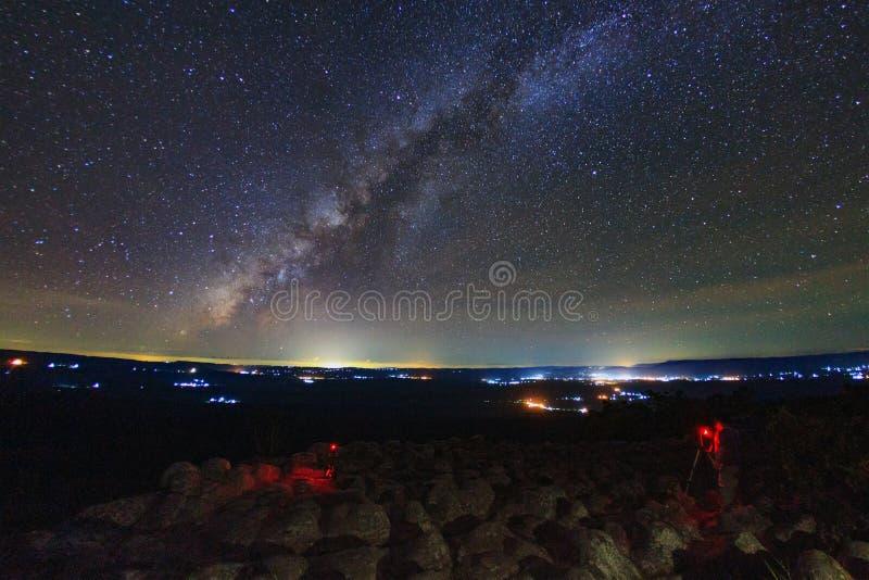 Milky sposobu galaxy z gałeczka kamienia ziemią jest imię Lan Hin Puma punktem widzenia przy Phu Hin Rong Kla parkiem narodowym w fotografia royalty free