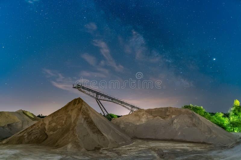 Milkyway över en transportörbro - longexposurenightshot royaltyfria foton