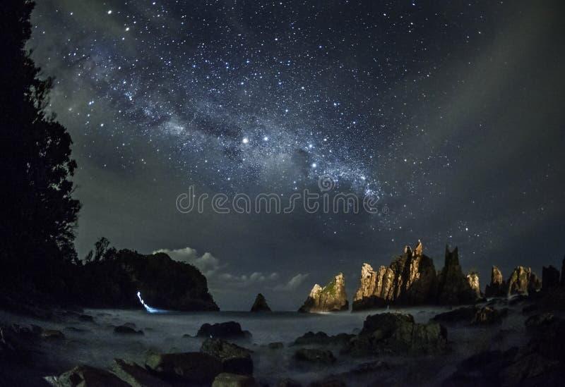 Milkyway över Gigi Hiu Beach, det exotiskt av hajtandkusten, Tanggamus - Lampung, Indonesien arkivbild