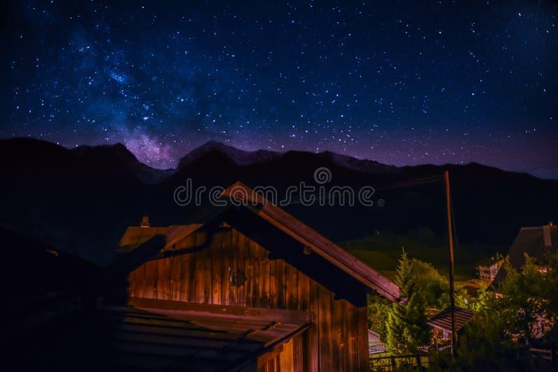 Milkyway над Alvaneu стоковая фотография