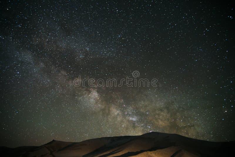 Milkyway au-dessus de montagne de Tianshan photos stock