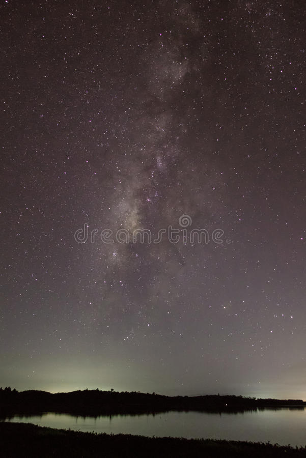 Milkyway au-dessus du lac photo stock