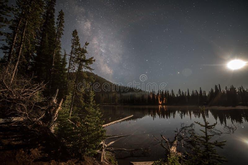 Milkyway con la luna fotografie stock libere da diritti