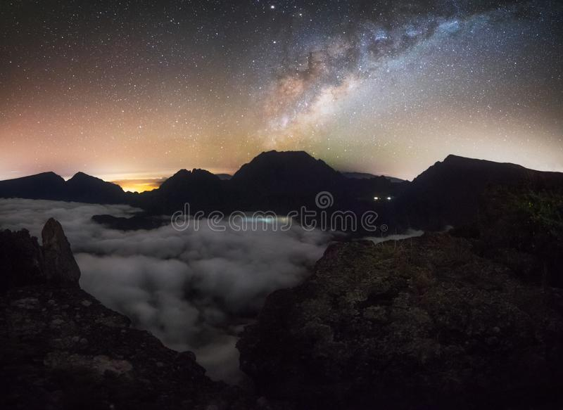 Milkyway em Maido sobre um mar das nuvens em Saint Paul, Reunion Island fotografia de stock