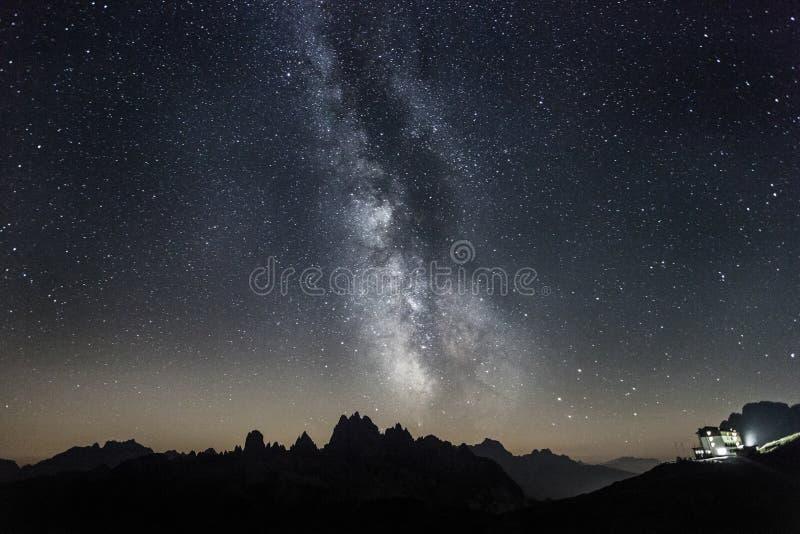 Milkyway nad dolomitami w lato nocy zdjęcia stock