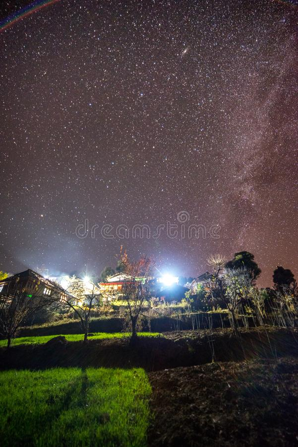 milkyway nad indyjską wioską w jesień sezonie w górach - India fotografia royalty free