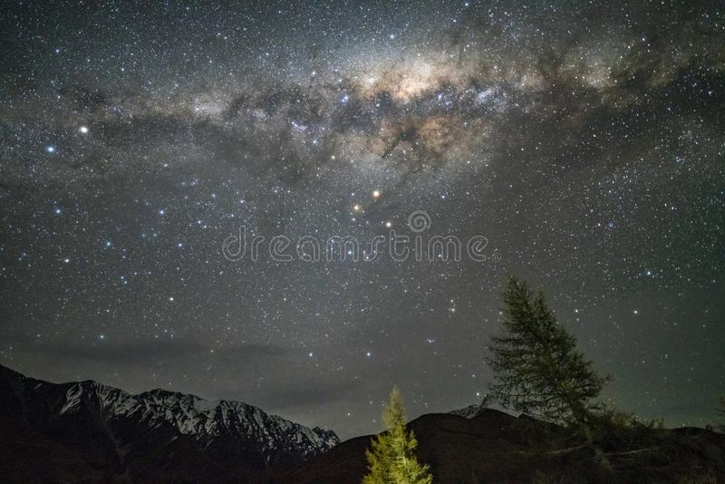 Milkyway ovanför bergskedjan i Nya Zeeland royaltyfria bilder