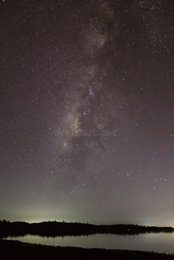 Milkyway over het meer stock foto