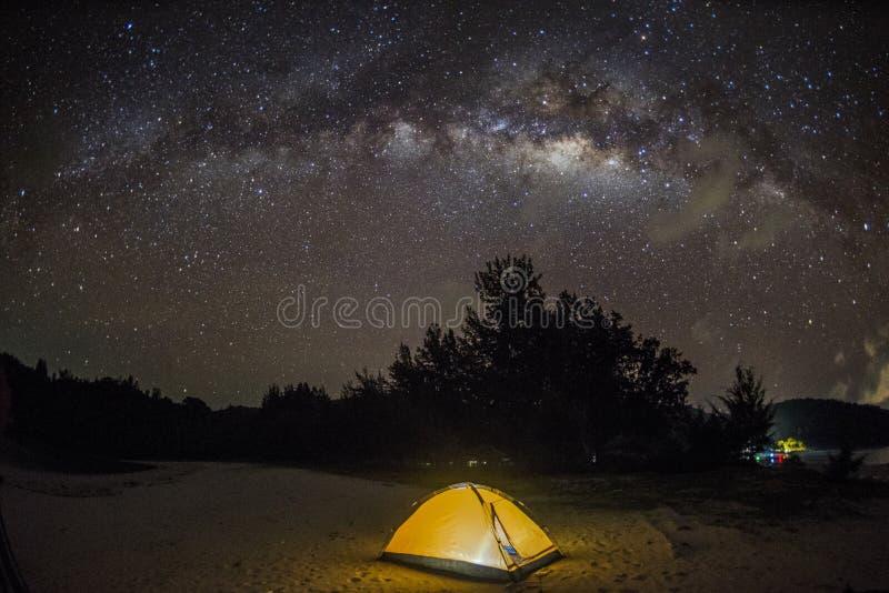 Milkyway sopra il cielo in spiaggia di Kudat, Malesia immagine stock
