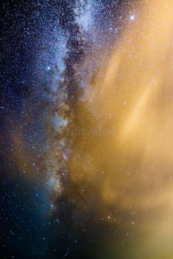 Milkywaymelkweg achter dunne wolk stock fotografie
